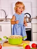 烹调在厨房的孩子 免版税库存图片