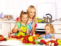 烹调在厨房的母亲和女儿。 免版税库存图片
