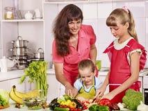 烹调在厨房的母亲和女儿 免版税库存照片