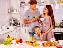 烹调在厨房的母亲和女儿 免版税库存图片