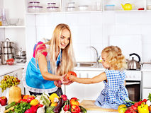 烹调在厨房的母亲和孩子。 免版税库存照片