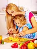 烹调在厨房的母亲和孩子 免版税库存照片