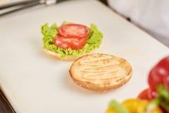 烹调在厨房的汉堡 免版税库存图片