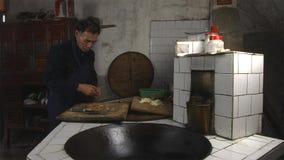 烹调在厨房里的中国老人在他的家庭乡下 云南 中国 免版税图库摄影