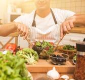 烹调在厨房里的厨师人 免版税库存照片