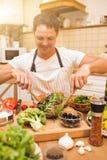 烹调在厨房里的厨师人 免版税库存图片