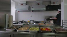 烹调在厨房里的厨师在餐馆 餐馆厨房,烹调食物的厨师 股票录像