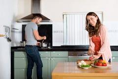 烹调在厨房里的夫妇 图库摄影