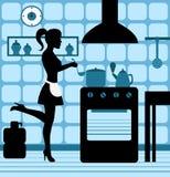 烹调在厨房里的妇女 免版税图库摄影