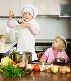 烹调在厨房里的孩子 图库摄影