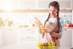 烹调在厨房里的宜人的妇女 库存图片