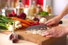 烹调在厨房里的少妇 健康的食物 图库摄影