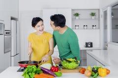 烹调在厨房里的快乐的夫妇 免版税库存照片