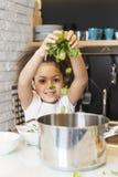 烹调在厨房里的非裔美国人的女孩 免版税库存照片