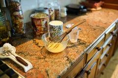 烹调在厨房里 在面粉和杯子的鸡蛋在桌上 时髦的现代厨房 在晴朗的温暖的天烹调一顿膳食 库存图片