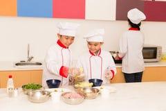 烹调在厨房里 免版税库存图片