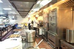 烹调在商业厨房的厨师 图库摄影