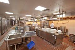 烹调在商业厨房的厨师 免版税库存图片