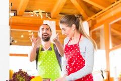 烹调在国内厨房健康食物的夫妇 图库摄影