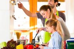 烹调在国内厨房健康食物的家庭 库存照片