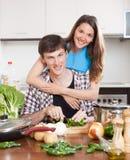 烹调在国内厨房里的家庭 免版税库存图片