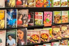 烹调在图书馆架子的食物书 免版税库存照片