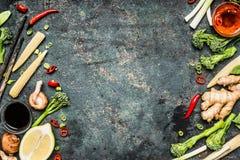 烹调在土气背景的亚洲人成份 新鲜蔬菜和香料鲜美中国或泰国烹调的 免版税库存照片