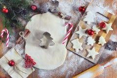 烹调在圣诞前夕的姜曲奇饼 免版税库存照片