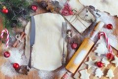 烹调在圣诞前夕的姜曲奇饼 免版税库存图片