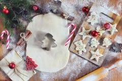 烹调在圣诞前夕的姜曲奇饼 免版税图库摄影