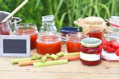 烹调在夏天厨房里的果酱 库存图片