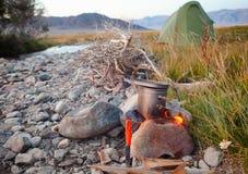 烹调在大锅的阵营食物开火户外 免版税库存照片