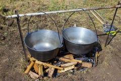 烹调在大锅的plov 在大锅的仅肉 野外用的全套炊具 东部的烹调 免版税库存照片