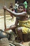 烹调在室外厨房里的画象加纳的妇女 库存照片