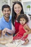 烹调在家庭厨房里的亚洲中国家庭 库存照片