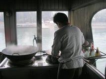 烹调在小船 库存图片