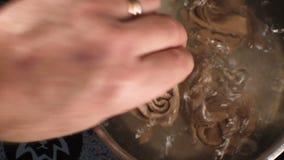 烹调在平底深锅的面团trenette 录影 股票视频