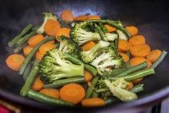烹调在平底锅特写镜头的菜 免版税库存照片