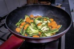 烹调在平底锅特写镜头的菜 库存图片