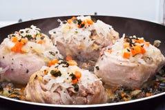 烹调在平底锅的小牛肉小腿 图库摄影
