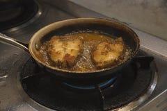 烹调在平底锅的油煎的石斑鱼鱼 免版税图库摄影