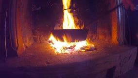 烹调在平底锅的烤栗子在火在一秋天天 股票视频