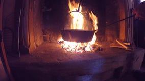 烹调在平底锅的烤栗子在火在一秋天天 影视素材