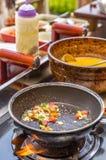 烹调在平底锅的煎蛋卷 免版税库存照片