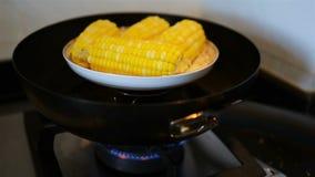 烹调在平底锅的甜玉米 影视素材