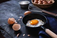 烹调在平底锅的荷包蛋 免版税库存照片