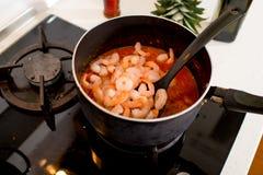 烹调在平底锅的虾在煤气炉 库存照片
