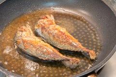 烹调在平底锅的鲭鱼鱼 免版税库存图片
