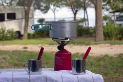 烹调在手提油炉的平底锅 免版税图库摄影