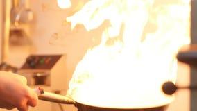 烹调在有坚硬火燃烧的铁锅平底锅 股票视频